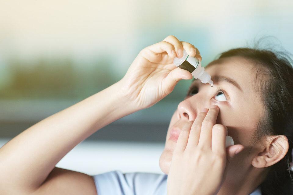 目薬を使用している女性の画像