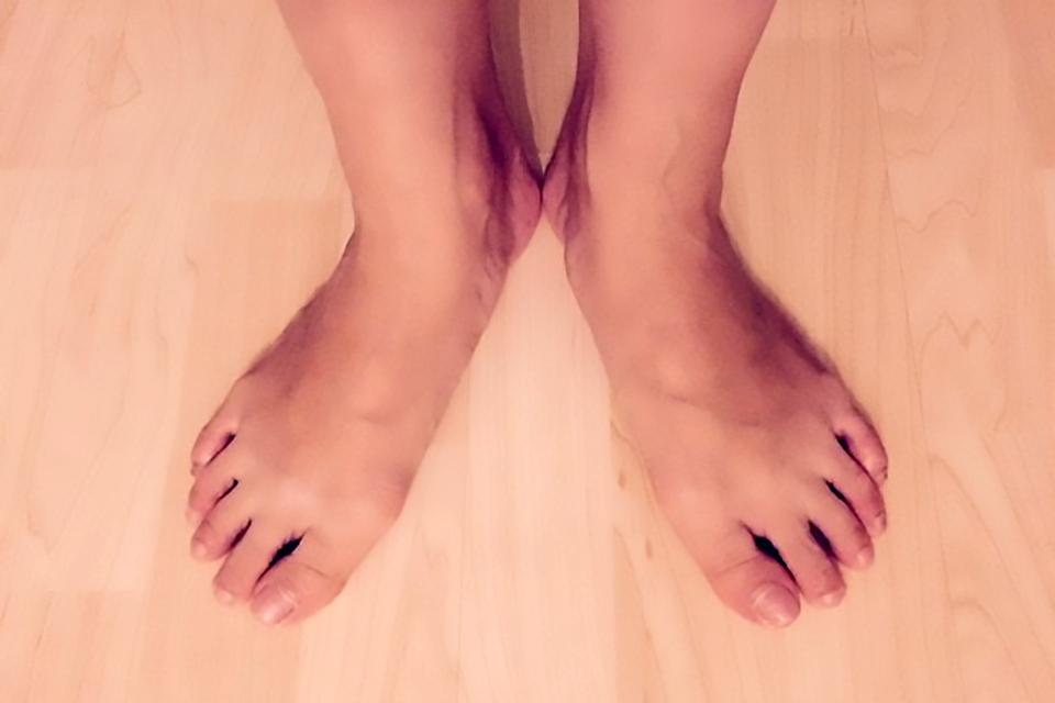 綺麗な姿勢で立つ人の足の写真