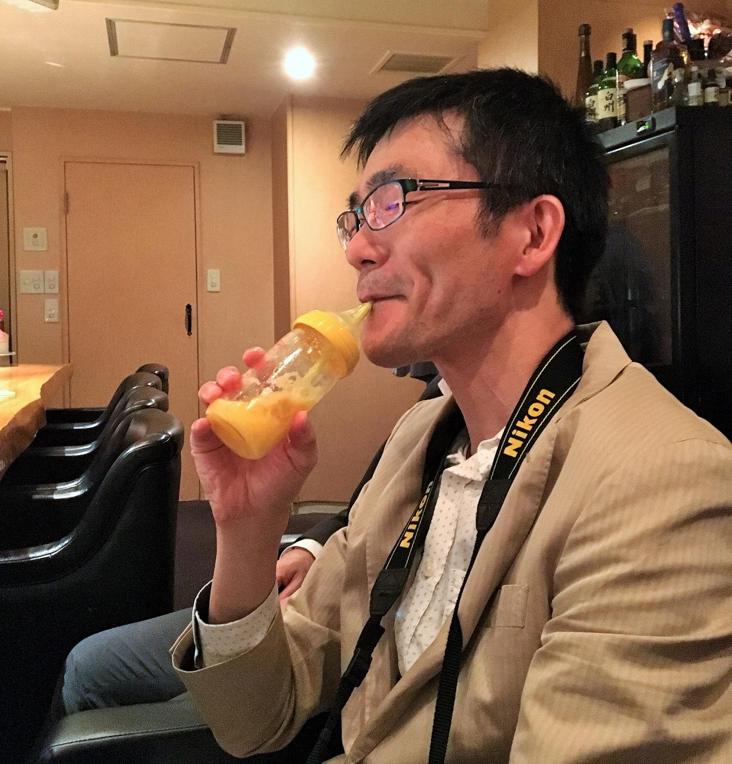 スタッフKが哺乳瓶で飲んでいるところ