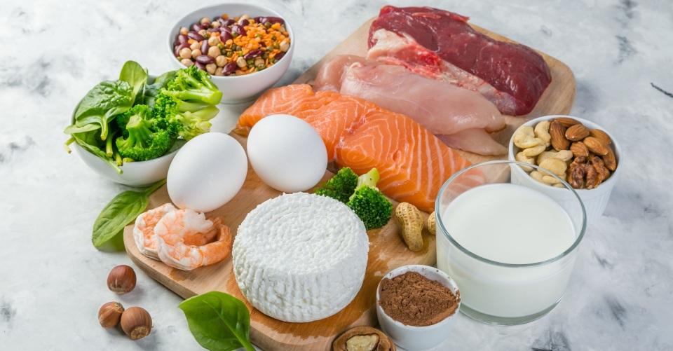 タンパク質不足を補うには?1日の摂取量と食材別タンパク質含有量