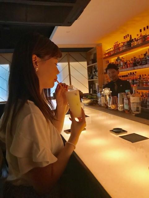 スタッフがサロンドジンフェスを飲んでいるところの画像