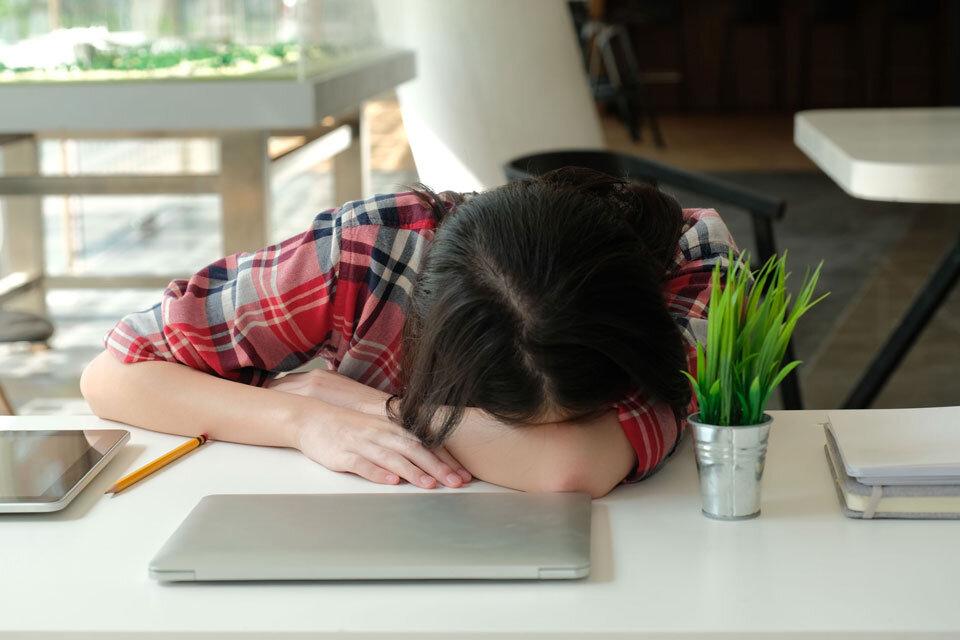 sleeping_woman_onthedesk.jpg