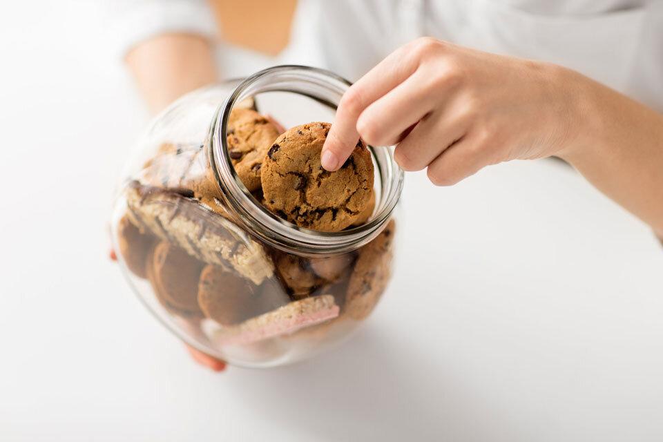 クッキーをつまむ画像