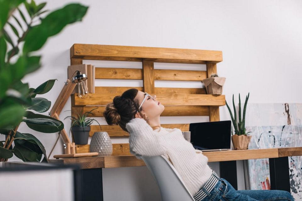 椅子に座って腹筋する女性